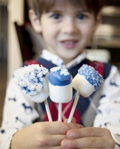 Put together these Marshmallow+Chocolate Pop to-go kits using the new Rubbermaid's fasten + go entree kit. DIY by The Marshmallow Studio16